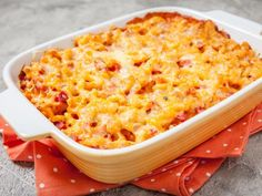 Creamy mac and cheese with ham and a pumpkin puree sauce will quickly become your kids' favorite dinner! This version of mac and cheese is great for adults too! Pumpkin Mac And Cheese, Pumpkin Butter, Canned Pumpkin, Macaroni And Cheese, Mac Cheese, Pumpkin Ravioli, Pumpkin Hummus, Ham Casserole, Vegan Dinners
