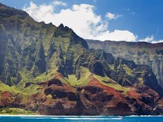 Kauai boasts one of the world's most insanely beautiful coastlines, but makes you work to soak up its wonders—Na'Pali can only be seen from a helicopter, catamaran, or rather grueling hike.