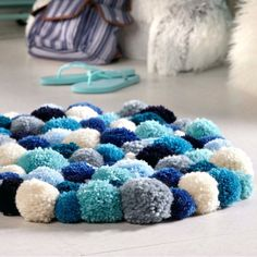 This Diy starter Pom Pom Rug is so cute ! My little girl would love this in her room ! Silver Grey Carpet, Beige Carpet, Patterned Carpet, Modern Carpet, Diy Pom Pom Rug, Pom Pom Crafts, Hallway Carpet Runners, Cheap Carpet Runners, Stair Runners