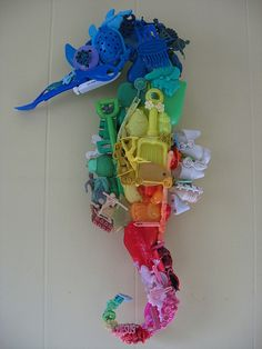 Seahorse made from plastic beach finds brings attention to issue of plastics in the ocean.Seahorse made from plastic beach finds brings attention to issue of plastics in the ocean. Plastic Beach, Plastic Art, Plastic Items, Plastic Animals, Plastic Bottles, Recycled Art Projects, Upcycled Crafts, Plastik Recycling, Atelier Theme