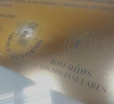 Detalle de grabado sobre material bicapa oro para CABILDO DE FUERTEVENTURA