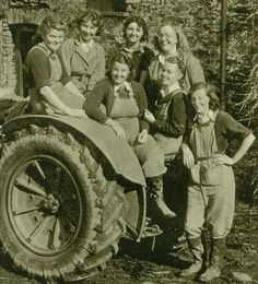 The Women's Land Army, also known as the Land Girls, worked on British farms to feed the nation during World War II, as male workers went off to fight. They supplied the nation with food, supporting the war effort and avoiding food shortages. Vintage Tractors, Old Tractors, Vintage Farm, Vintage Green, Vintage Photographs, Vintage Photos, Women's Land Army, Land Girls, Army Girls