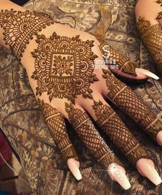 For the brides who think less is more,here are some mehendi designs that are sure to brighten up a minimalist Indian bride's wedding day.Tag your besties who should totally go for this. Easy Mehndi Designs, Latest Mehndi Designs, Bridal Mehndi Designs, Mehndi Designs Finger, Finger Henna Designs, Mehndi Designs For Beginners, Dulhan Mehndi Designs, Mehndi Design Pictures, Mehndi Designs For Fingers