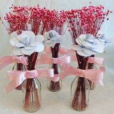 A imagem pode conter: flor Birthday Party Decorations, Baby Shower Decorations, Table Decorations, Giant Paper Flowers, Big Flowers, Decoration Photo, Diy Jewelry Holder, Centre Pieces, Flower Centerpieces