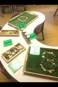Cijfers namaken met stenen in kunstgras