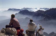 Auf der Alpspitze, 1980 Aldiami/Timeline Images #80er #80s #Alpspitze #Alpen #Alpenpanorama #Berge #mountains #Fotografie #photography #historisch #historical #traditional #traditionell #retro #nostalgic #Nostalgie #Himmel #Horizont #Aussicht #Ausblick #Ausguck #Wolken #Wanderer #Bergsteiger #Nebel #Dunst