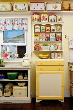 Displaying a vintage kitchen collection in a simple, but attractive, way. Displaying a vintage kitchen collection in a simple, but attractive, way. Funky Home Decor, Vintage Kitchen Decor, Vintage Kitchen Curtains, 1950s Home Decor, Bathroom Vintage, Modern Bathroom, Boho Decor, Cocina Shabby Chic, Flea Market Decorating