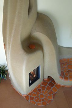 Smoothly sculpted cob fireplace with terra cotta tile mosaic. Cob Building, Green Building, Building A House, Building Ideas, Rocket Mass Heater, Earthship Home, Tadelakt, Natural Homes, Stove Fireplace