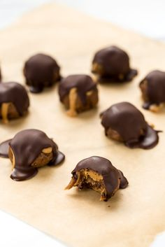 Peanut Butter Cacao Crunch Date Caramel Truffles (Blissful Basil) Vegan Treats, Healthy Desserts, Dessert Recipes, Xmas Desserts, Healthy Bars, Healthy Food, Snack Recipes, All You Need Is, Vegan Peanut Butter