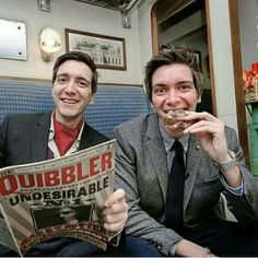 James and Oliver Phelps (Fred and George Weasley). Harry James Potter, Harry Potter Jokes, Harry Potter Pictures, Harry Potter Universal, Harry Potter Characters, Harry Potter World, Hogwarts, Slytherin, Familia Weasley