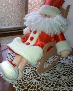 Pequeño Papa Noel con pijma, durmiendo en su silla mecedora
