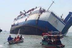 17.11 Des passagers se mettent en sécurité alors que leur ferry est en train de couler, à Surabaya, en Indonésie. Il n'y a pas eu de victimes.Photo: AFP/str