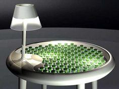 """Der Moos Tisch, der Energie mit Bio-Fotovoltaik gewinnen kann ist Teil des Forschungsprojekts """"Design in Science"""", in dessen Rahmen die Möglichkeiten der Verschmelzung von Design und Wissenschaft geprüft werden sollen. Die Moos Töpfe auf dem Tisch dienen als bio-elektrochemische Vorrichtungen, um chemische Energie in elektrische Energie umzuwandeln."""