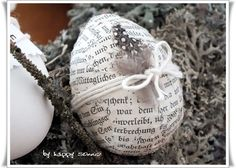 Aus alten Buchseiten gemacht Alter, Newspaper, Spring, Egg, Bricolage, Book Page Crafts, Old Books, Snow Flakes, Sun