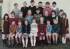 45 Color Class Photos That Capture Children of Primary Schools From Between the and Primary School, Elementary Schools, School Photos, Fall 2018, School Outfits, Charlie Brown, The Past, Memories, History