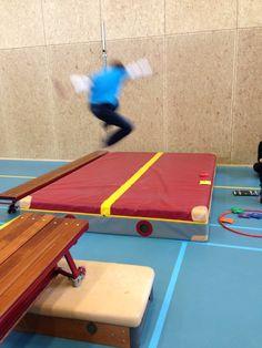 Verspringen voor kinderen. Lekker springen met aanloop over kleine verhoging. Wel op de voeten landen. Een andere leerling meet de afstand en legt aan de rand van de mat een pittenzakje. Probeer je eigen afstand de tweede keer te verbeteren.