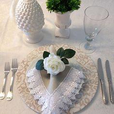 E vamos começar o final de semana com uma mesa linda? Arrumar a mesa para um jantar romântico , receber alguém especial ou até mesmo para um almoço em família é muito mais do que beleza ou etiqueta, mas é uma demonstração do carinho e cuidado que você como anfitriã tem com aqueles com quem você vai dividir a mesa. É se preocupar com aqueles detalhes que fazem toda a diferença. É entender que todo momento pode e é especial.  Nós da @madreperola_decor  estamos aqui para participar de todos…