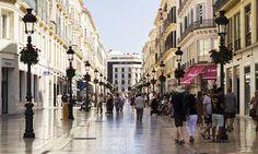 Seguimos recorriendo España para llevarles los looks más punteros de cada provincia. Esta vez, nuestro lente se sitúa en la quinta calle comercial más cara del país, la calle Marqués de Larios en Málaga. Urban Planning, Street View, Street Style, Urban Design, Street, Walkway, Countries, Cities, Stylus