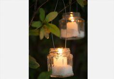 As lanternas feitas pelo ateliê La Calle Florida, têm alças de arame e sal grosso no fundo do pote, para evitar que o vidro se quebre  Iara Venanzi / Casa e Comida