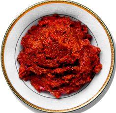 Аджика Эта аджика хороша как приправа к шашлыку и хороша своим полностью сохраненным витаминным составом. Острый перец, чеснок, укроп, зелень петрушки и соль берем в равных пропорциях (базовый рецепт – по 250 г), добавляем ко всему этому 1 кг сладкого болгарского перца, пропускаем через мясорубку и – аджика готова!