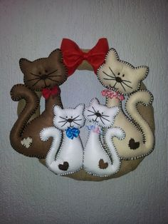 Guirlanda natalina Gatos em feltro e juta by Malu Souza Fabric Crafts, Sewing Crafts, Sewing Projects, Felt Christmas, Christmas Crafts, Felt Wreath, Cat Quilt, Felt Baby, Felt Patterns