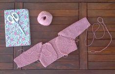Nuestros patrones | Poleomenta Diy Crafts Knitting, Knitting For Kids, Free Knitting, Baby Knitting, Knitting Patterns, Diy Crochet, Crochet Baby, Baby Barn, Baby Girl Sweaters