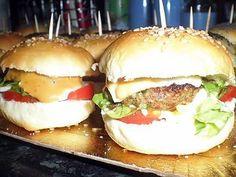 La meilleure recette d'Apéritif dinatoire mini hamburger maison! L'essayer, c'est l'adopter! 4.8/5 (17 votes), 19 Commentaires. Ingrédients: pour 20 petits hamburgers :120ml de lait,20g de beurre,1cas de sucre,1cac de sel,250g de farine,15g de levure boulangère,des graines de sésame ,des graines de pavot