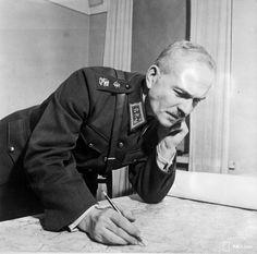 Kenraaliluutnantti Karl Lennart Oesch on itsenäisen Suomen merkittävimpiä sotilaita. Hänen palveluksiaan tarvittiin niin talvi- kuin jatkosodan vaiheissa, joissa Suomen kohtalo oli veitsen terällä. Sodan jälkeisen poliittisen ilmapiirin muutos iski lujasti Oeschiin, kun hävinneen maan piti osoittaa nöyryyttä voittajaa kohtaan. History Of Finland, Korean War, Vietnam War, Historian, Wwii, Nostalgia, Military, Battle, Politics