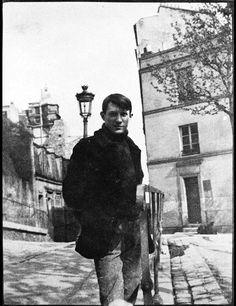 Pablo Picasso Place Ravignon outside of Le Bateau Lavoir. From Picasso' s studio was in Montmartre, No. The studio building was known as Le Bateau Lavoir. Expo Picasso, Kunst Picasso, Art Picasso, Pablo Picasso Young, Picasso Blue, Picasso Drawing, Henri Rousseau, Henri Matisse, Prado