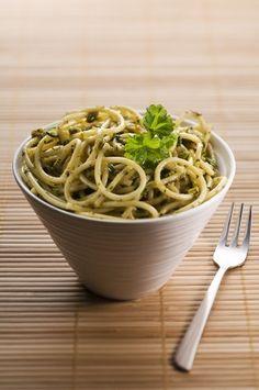 Зеленые спагетти с песто из спаржи и кедровых орешков