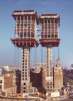 Estudio Lamela honors his deceased founder with a documentary about his most controversial building Interesting Buildings, Amazing Buildings, Estudio Lamela, Best Hotels In Madrid, Architecture Design, Civil Engineering Construction, Steel Structure Buildings, Madrid Travel, Foto Madrid