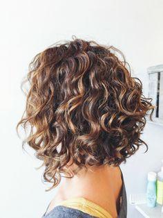 un'idea per realizzare delle sfumature capelli castani, taglio bob e piega riccia