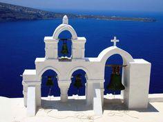 Un clocher face à la mer sur l'île de Santorin, dans les Cyclades (Grèce).
