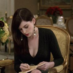 "suicideblonde: "" Anne Hathaway in The Devil Wears Prada "" Hippie Outfits, Anne Hathaway Gif, Anne Jacqueline Hathaway, Anne Hattaway, Tube Top, Devil Wears Prada, Fashion Tv, Look Chic, American Actors"