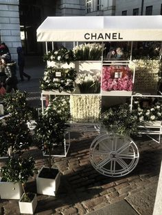 Chanel-Flower-Stall.2 Flower Cart, My Flower, Covent Garden, Coco Chanel, Chanel Paris, Fresh Flowers, Beautiful Flowers, Beautiful Things, Stunningly Beautiful