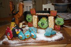 Lapseni halusivat että teen Angry Birds rakennelman. Joten kovasti yritin saada sellaista aikaan. Kuvassa ei näy mutta rakennelman takana on vielä yksi possu vahtimassa munaa. - by Heidi -- Piparkakku, Joulu, Angry Birds, Gingerbread, Christmas