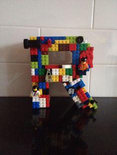 Lego letter R Eenvoudig te maken. Knip een oude lego plaat in de vorm van de letter, plak deze op een kartonnen letter van de xenos en doe de blokjes erop!