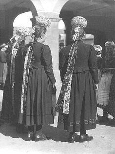 Schwarzwälder Trachten  Das Schäppel   Mädchen aus St.Märgen mit Schäppel und Zopfband  Die einfachere Form des Kopfputzes der Mädchen ist d... #Hochschwarzwald