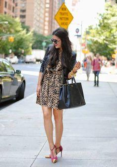 Súper zapatos y vestido veraniego, la chamarra lo hace un conjunto perfecto para una tarde de otoño.