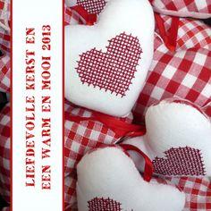 Plaats uw eigen tekst op deze liefdevolle kaart met stof geruite hartjes. Change your text on this lovely card. Kaartje2go - creagaat kerst