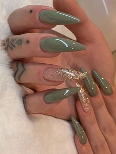 Most Beautiful Fall Nail Designs 2019 - So cute olive green stiletto nails with an accent gold glitter nail for autumn - Popular Nail Colors, Fall Nail Colors, Stiletto Nail Art, Matte Nails, Pointy Nails, Stiletto Nail Designs, Matte Green Nails, Nails Design, Gold Glitter Nails