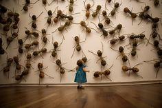 Hormigas, escultura de Rafael Gómez Barros en la galería Saatchi de Londres.