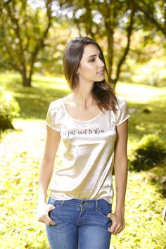 MEPLE @maple_col  /// CAMISETA ESTAMPADA DORADA --- gold tee V Neck, T Shirts For Women, Tops, Fashion, Gold Crop Top, T Shirts, Women, Moda, Fashion Styles
