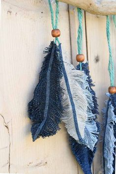 How To Make Denim Feather Wall Decor Make these gorgeous denim feathers from old jeans scraps. You can make a lovely wall hanging with them.Make these gorgeous denim feathers from old jeans scraps. You can make a lovely wall hanging with them.Clean o Denim Scraps, Fabric Scraps, Scrap Fabric, Fabric Glue, Fabric Dolls, Appliques Au Crochet, Sewing Crafts, Sewing Projects, Upcycled Crafts