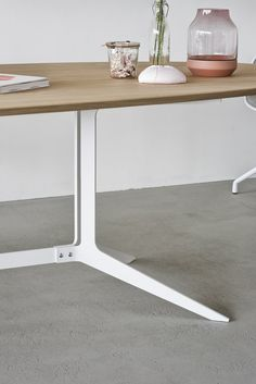 Maatwerk tafel type split, een stalen frame met een ovaal werkblad. Ideaal te gebruiken als vergadertafel maar ook mooi in huiselijke sferen. www.houtmerk.nl/Maatwerk-tafel-type-split-houten-blad-met-stoer-stalen-frame