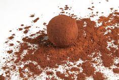 Comment faire de délicieuses truffes au chocolat ? Les truffes au chocolat, on peut les déguster pendant les fêtes de Noël mais aussi toute l'année ! Découvrez le recette du chocolatier pour faire soi-même de délicieuses truffes au chocolat maison. Snacks, Christmas Treats, Truffles, Coco, Tiramisu, Biscuits, Deserts, Dessert Recipes, Sweets