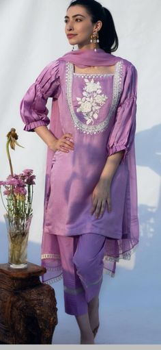 Simple Pakistani Dresses, Pakistani Dress Design, Pakistani Outfits, Indian Bridal Fashion, Indian Fashion Dresses, Casual Summer Dresses, Stylish Dresses, Kurta Palazzo, Kurta Neck Design