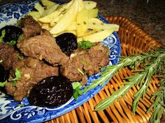 Javali com Ameixas Steak, Beef, Medieval, Food, Beef Cubed Steak, Spices, Meat Recipes, Top Recipes, Places