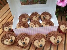 This Hedgehog Cake is easy to make and he'll be the talk of your party table. Check out the Woodland Animal Cakes too. Hedgehog Cupcake, Hedgehog Cookies, Hedgehog Birthday, Happy Hedgehog, Animal Cupcakes, Cute Cupcakes, Cupcake Frosting, Cupcake Cookies, Childrens Cupcakes