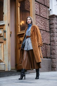 Awesome 45 Magnificient Pleated Skirt Outfit Ideas For Fall You Should Already Own Source by outfitscial ideas faldas Pleated Skirt Outfit, Skirt Outfits, Pleated Skirts, Modest Fashion, Fashion Outfits, Winter Rock, Street Looks, Winter Stil, Outfit Trends